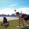 瑜伽教练乔恩·维特(Jon Witt)和他的儿子在美国泽西城练习瑜伽。