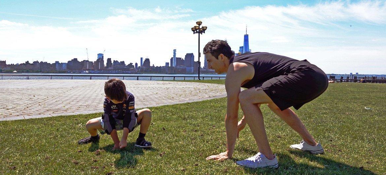 Jon Witt, maestro de yoga en Nueva York,enseña una pose de yoga a su hijo Noah.
