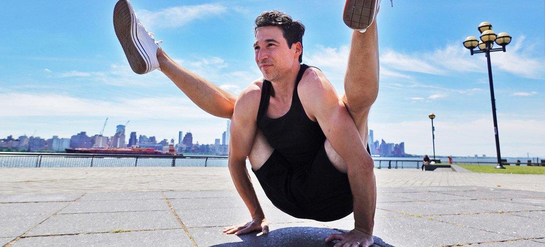 Jon Witt, maestro de yoga en Nueva York, practica una pose en Jersey City.