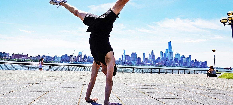 جون ويت مدرب يوغا خلال إحدى التمارين العلاجية، نيوجيرسي نيويورك.