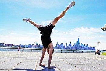 Jon Witt, akifanya mazoezi ya Yoga Jersey City