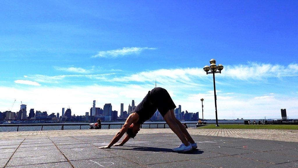 Jon Witt, professeur de yoga à New York, practique une pose.