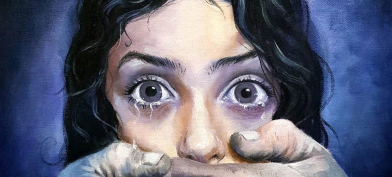 Detalle del trabajo artístico de Noorulhuda Nadheer sobre violencia sexual contra las mujeres y las niñas.