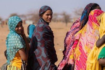 Des femmes maliennes réfugiées dans un camp au Burkina Faso.