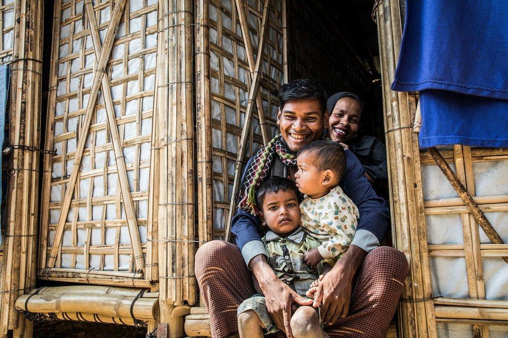 在孟加拉国考克斯巴扎尔地区的难民营,一个罗兴亚难民家庭坐在自己的庇护所门口。