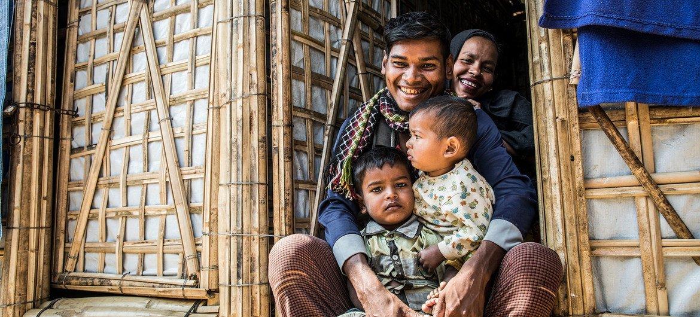 Una familia de refugiados rohinyá en la puerta de su albergue en Bazar Cox, Bangladesh.