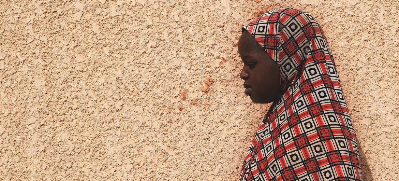 Une fillette de 10 ans, victime d'abus, se tient devant sa maison à Maradi, au Niger.