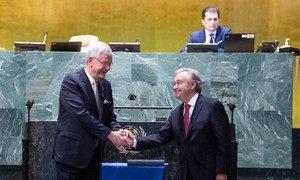 António Guterres recebe cumprimentos após ter prestado juramento pelo segundo mandato de cinco anos como secretário-geral das Nações Unidas