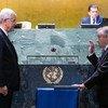 António Guterres (à droite) prête serment pour un second mandat de Secrétaire général de l'ONU.