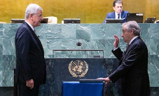 安东尼奥·古特雷斯(右)宣誓就任联合国秘书长,这是他的第二个五年任期。宣誓仪式由第七十五届联合国大会主席沃尔坎·博兹克尔主持。