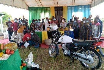 Maafisa wa FAO nchini Tanzania wakiwa na wanakikundi wa kikundi cha Ilolo mkoani Dodoma nchini humo ambao wamepatiwa msaada wa pembejeo na usafiri.