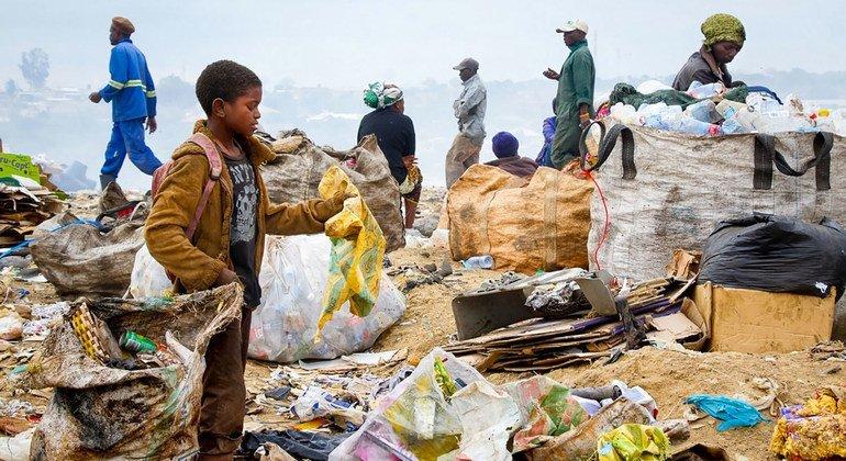 赞比亚的废品回收人员正在垃圾填埋场内工作。