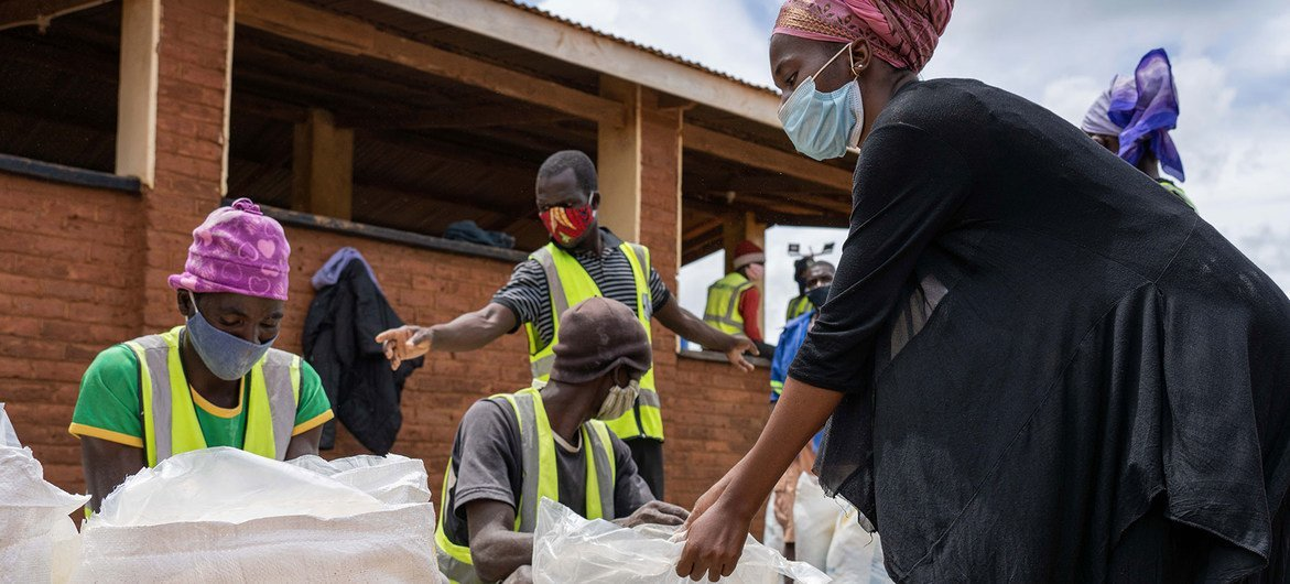 Le PAM fournit des transferts en espèces aux réfugiés du camp de Dzaleka au Malawi pour qu'ils puissent acheter de la nourriture sur les marchés locaux.