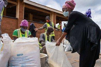 世界粮食计划署正在向马拉维一个难民营的难民提供现金转移,用于在当地市场购买食物。