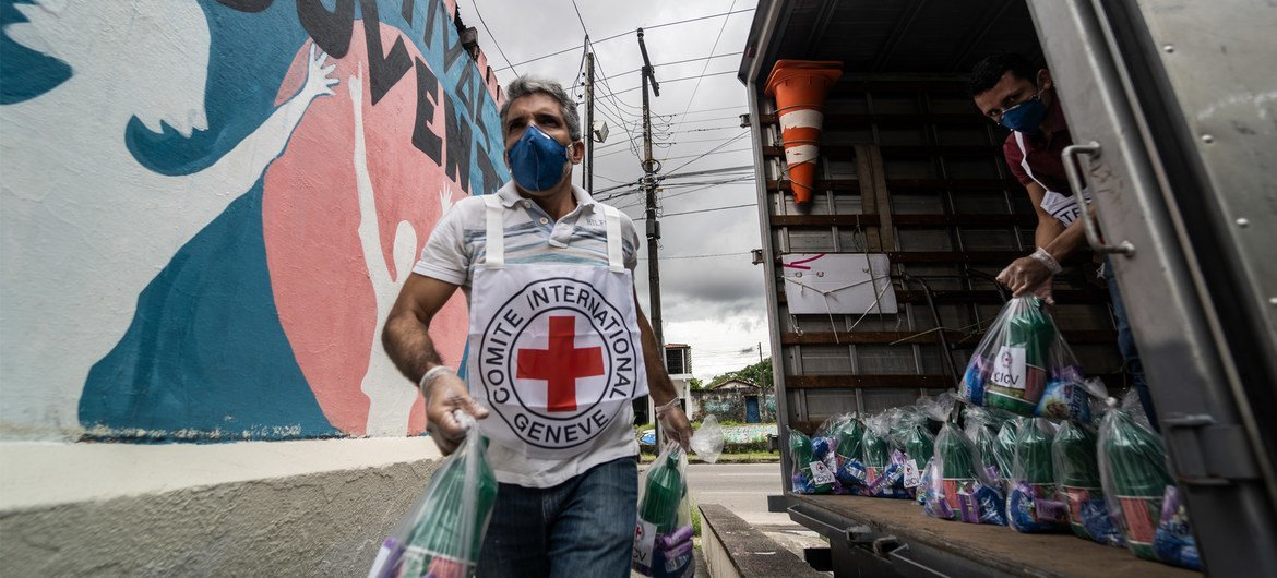 In an effort to fight the COVID-19 pandemic, ICRC assists violence-affected communities by donating hygiene kits to a local partner in Brazil.