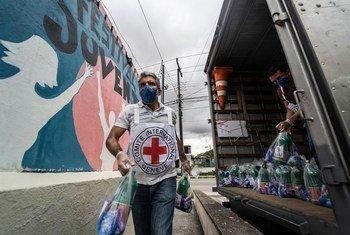 La Cruz Roja Internacional dona kits de higiene contra el coronavirus en Brasil.