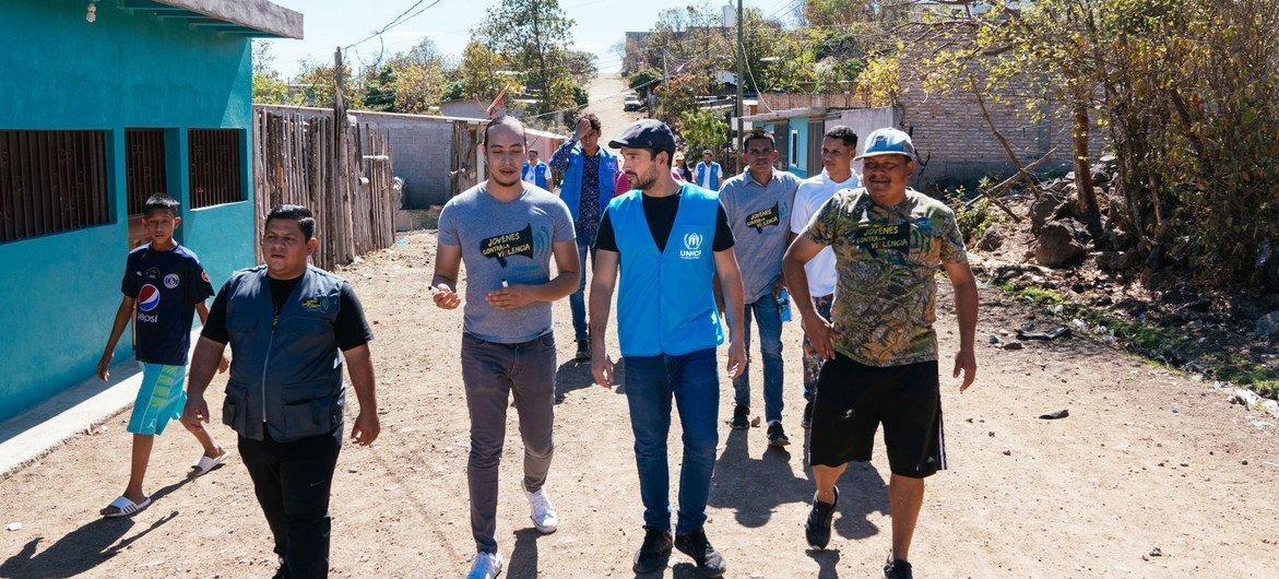 Santiago Ávila, director de Jóvenes contra la Violencia, le muestra al actor mexicano Alfonso Herrera un vecindario de Tegucigalpa donde trabaja su organización para evitar que los niños y jóvenes cedan a las presiones de los grupos criminales. (Foto de archivo)