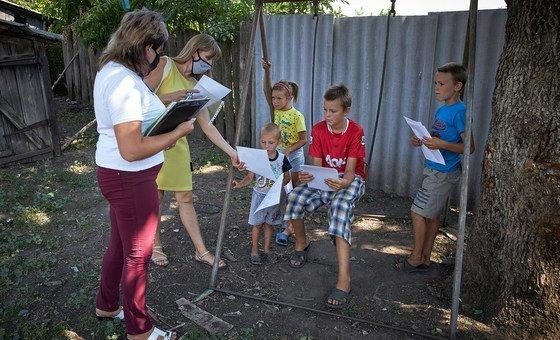 Социальные работники не всегда могут посещать семьи с детьми в условиях пандемии. На фото - соцработники на Украине.