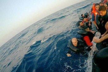 По данным Международной организации по миграции, с 2014 года по меньшей мере 16 тысяч мигрантов погибли при попытке пересечь Средиземное море.