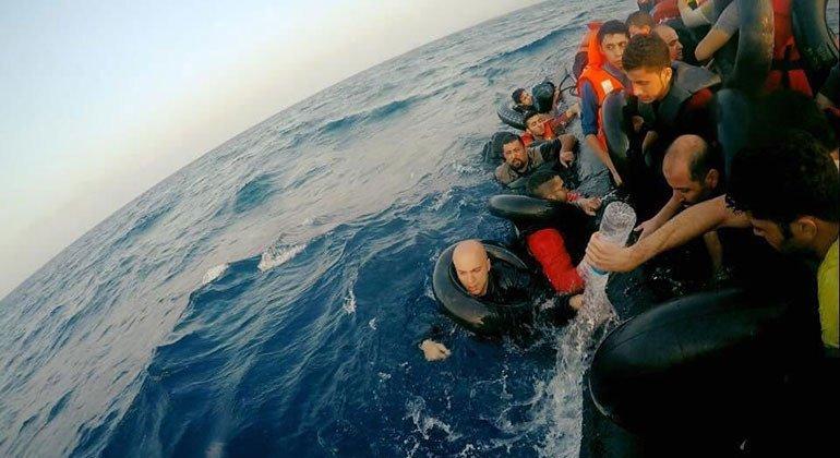 叙利亚电影制片人阿卡德(Hassan Akkad)(左一)横渡地中海前往欧洲寻求难民庇护。