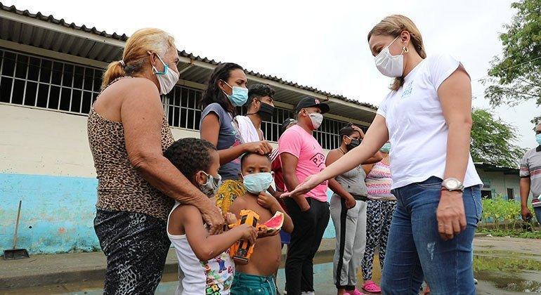 同样在委内瑞拉,贝丽莎·伯姆德斯(Belitza Bermudez)(右) 在委内瑞拉一个边境城市担任保护官员, 接收了数以千计的返回者。