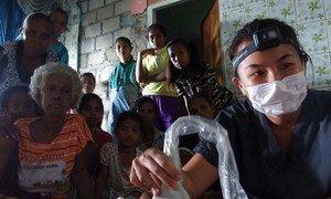आपातकालीन चिकित्सा की शोधकर्ता, डेबरिना डैवी लुमानाऊ, इंडोनेशिया के जकार्ता शहर के आपातकालीन कोविड-19 अस्पताल में तैनात होने वाली पहली चिकित्सा टीमों में से एक में शामिल थीं. हर दिन वह मरीज़ों के इलाज के लिए रेड ज़ोन में जाती थीं. वो बताती हैं कि ये आपदा