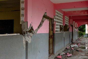 Un bâtiment scolaire a subi des dommages importants lors du tremblement de terre de magnitude 7,2 en Haïti, aux Cayes.