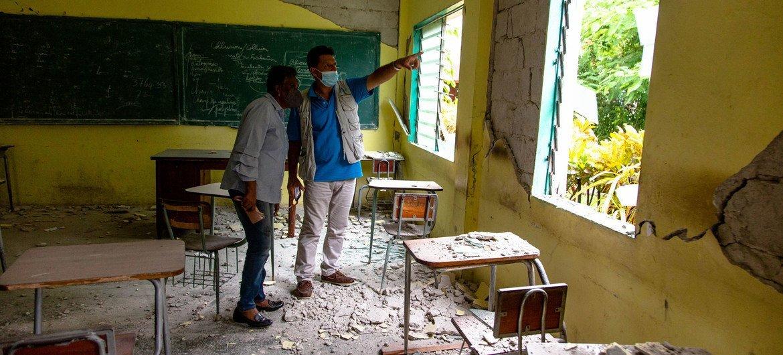 Bruno Maes, représentant de l'UNICEF, et Marie Lucie Joseph, ministre de l'éducation, évaluent les dommages causés au Collège Mazenod à Camp-Perrin, Les Cayes, Haïti.