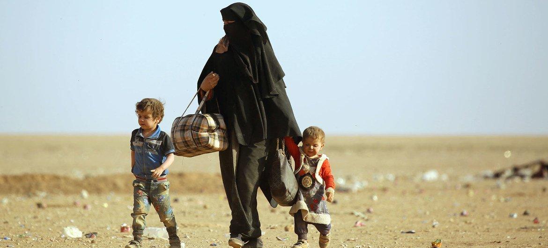 (من الأرشيف) لاجئون عراقيون يتوجهون إلى مخيم الهول في سوريا.