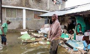 Un jeune homme se tient à l'extérieur d'une rangée de bâtiments détruits par un tremblement de terre de magnitude 7,2 en Haïti, suivi par une onde de tempête de la dépression tropicale Grace.