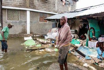 شاب يقف أمام مبانِ دمرها الزلزال الذي ضرب هايتي في 14 آب/أغسطس 2021.