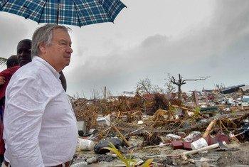 महासचिव एंतोनियो गुटेरेश बहामास के अबाको द्वीप की यात्रा के दौरान. जहाँ उन्होंने डोरियन तूफ़ान से हुई तबाही का प्रत्यक्ष जायज़ा लिया.