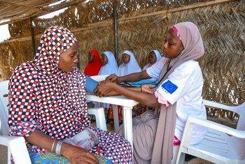 Une femme enceinte reçoit des soins médicaux dans une clinique mobile au Nigéria.