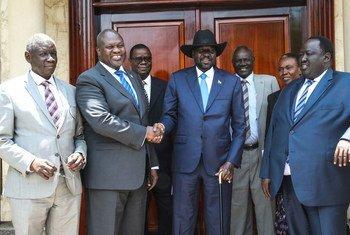 Le Président du Soudan du Sud, Salva Kiir (avec le chapeau), et le chef de l'opposition, Riek Machar, lors d'une rencontre le 11 septembre 2019 à Juba.