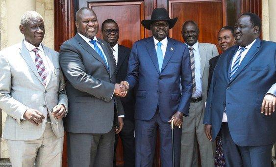 رئيس جنوب السودان سلفا كير (وسط) يلتقي بزعيم المعارضة الدكتور ريك مشار في 11 أيلول/سبتمبر 2019 في جوبا. ويعد هذا الاجتماع الثاني من نوعه وجهاً لوجه.  (من الأرشيف)