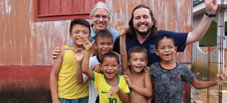 Mais de 150 mil pessoas foram beneficiadas e 60 mil óculos doados em 21 estados brasileiros e em países como Moçambique, Haiti e Índia.