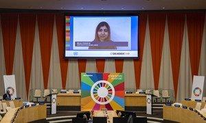 Malala Yousafzai, Prix Nobel de la paix (sur l'écran), prononce un discours lors de la réunion virtuelle de haut niveau sur les Objectifs de développement durable.