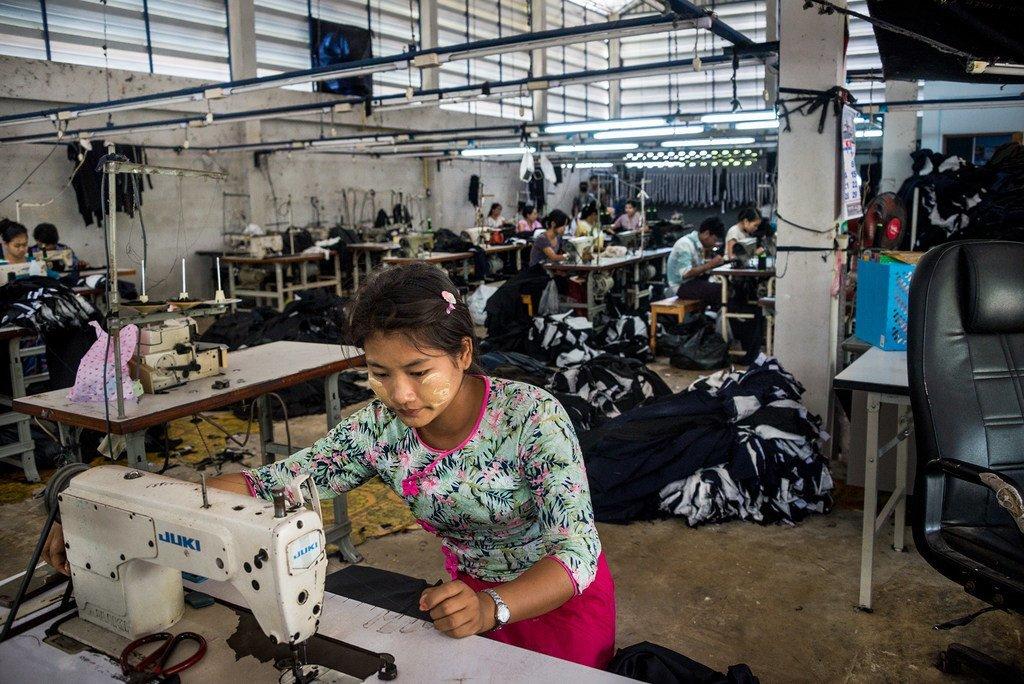 Une migrante travaille dans une usine de textile en Thaïlande. Travaillant plus de 12 heures par jour, elle gagne moins que le salaire minimum journalier, à peine de quoi couvrir le loyer, la nourriture et économiser.