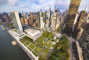 Вид на штаб-квартиру ООН в Нью-Йорке с картиной швейцарского художника Saype, сделанной на газоне у здания Генеральной Ассамблеи.