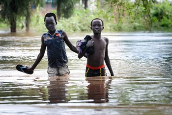 Wavulana wawili wakivuka maeneo ya kaunti ya Maban nchini Sudan Kusini yaliyofurika kufuatia mvua kubwa zinazoshuhudiwa nchini Ethiopia.