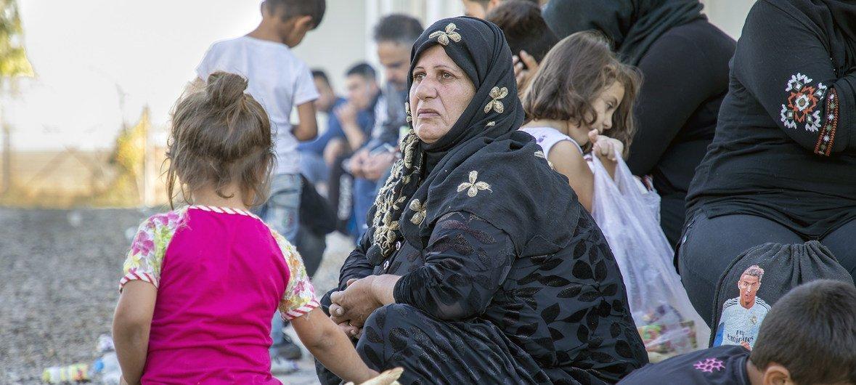 Refugiados sírios que fugiram dos combates no norte da Síria cruzaram o Iraque para um centro de acolhida do Acnur em Dohuk.