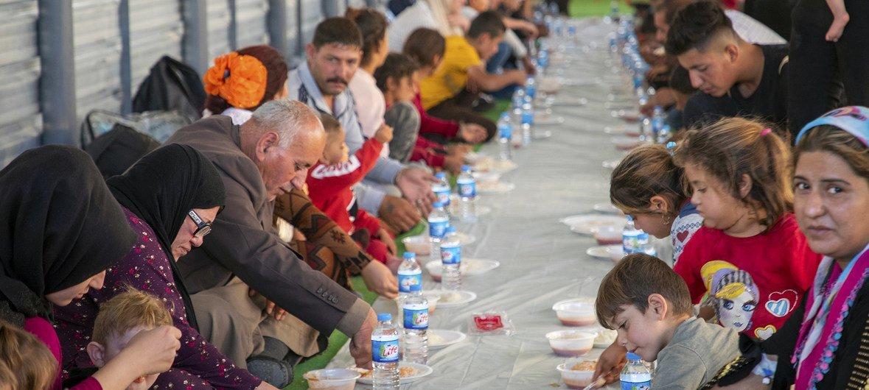 По прибытии в лагерь Бардараш беженцы получают горячее питание, воду и предметы первой необходимости.