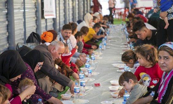 Acnur e parceiros alimentam refugiados da Síria no campo de Bardarash, no Iraque.