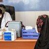 अफ़ग़ानिस्तान के हेरात शहर में, एक महिला को कोविड-19 की वैक्सीन का टीका लगाए जाने से पहले, ज़रूरी जानकारी दिये जाते हुए. (फ़ाइल)