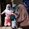 अफ़ग़ानिस्तान के दक्षिणी प्रान्त कन्दाहार में, एक बच्चे को पोलियो वैक्सीन की ख़ुराक देने की तैयारी. (फ़ाइल फ़ोटो)