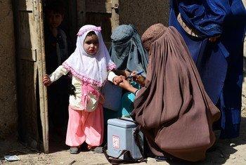 Una niña recibe la vacuna contra la poliomielitis en Kandahar, en el sur del Afganistán