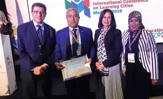 محافظ أسوان اللواء أحمد ابراهيم يتسلم جائزة شبكة مدن التعلم بعد فوز أسوان بها ضمن أفضل 10 مدن على مستوى العالم