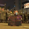 """2020年11月秘鲁抗议示威期间,示威者手举写有""""梅里诺不是我的总统""""的标语牌。在全国抗议的重压之下,梅里诺在出任临时总统五天后辞职。"""