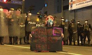 Una manifestante ante la policía en las calles de Lima, la capital de Perú, durante las protestas del pasado mes de noviembre.