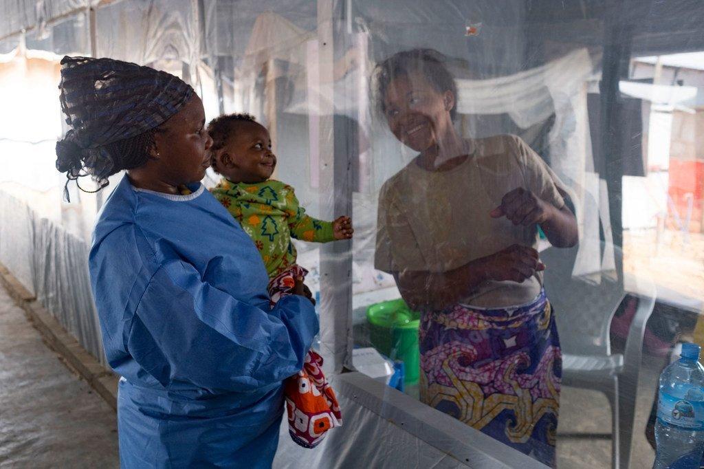 Une feuille de plastique sépare une mère de son fils dans un centre de traitement du virus Ebola à Beni, dans la province du Nord-Kivu, en République démocratique du Congo.